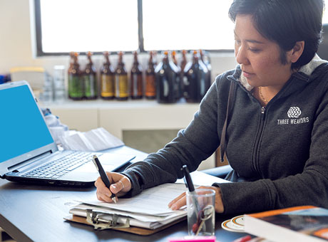 Business owner averages the costs of her bottle lables to value her overall inventory