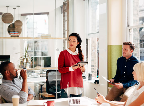 Team leader encourages her team to think creatively to resolve a company problem