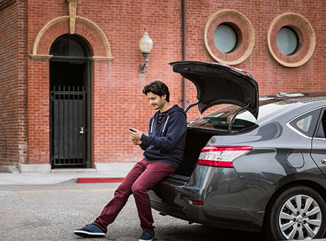Delivery driver accesses vehicle fleet software on smartphone